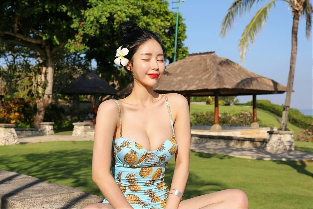 Hwang Un Ni Beautiful Legs Bikini Picture and Photo